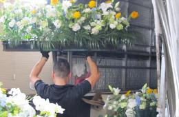 お花を運搬、設営する部署